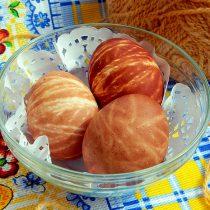 Как покрасить яйца на пасху в луковой шелухе в полоску