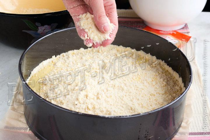 Посыпать крошкой сверху пирог