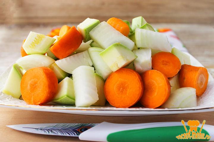 Крупно порезать овощи