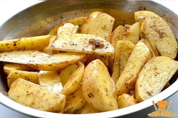 перемешать картошку и специи