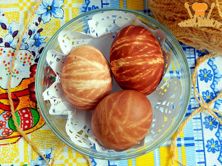 Полосатые яйца крашенные на Пасху