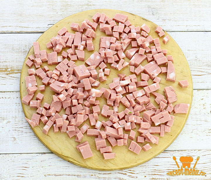 Порезать вареную колбасу кубиком