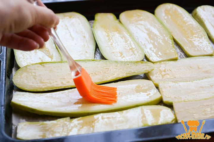 Смазать кабачки растительным маслом на противне