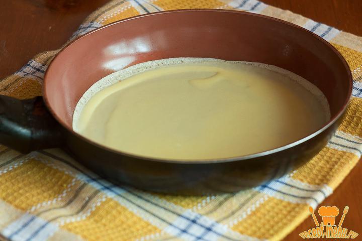 Тонко распределить тесто на сковородке