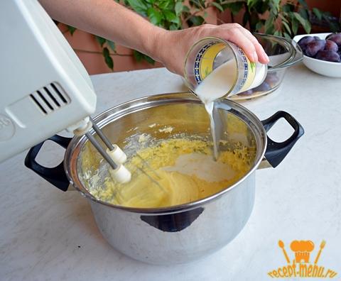 влить в тесто молоко