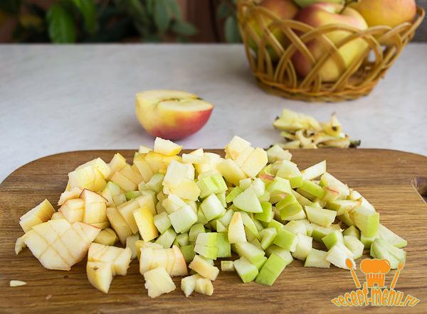 порезать яблоки кубиками