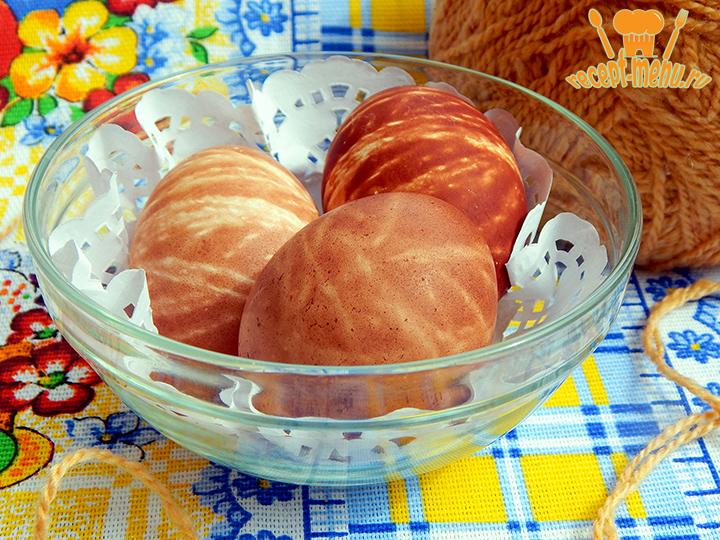 Яйца крашенные нитками в луковой шелухе