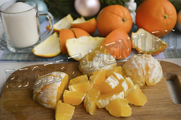 Снимаем цедру и режем на кусочки апельсины