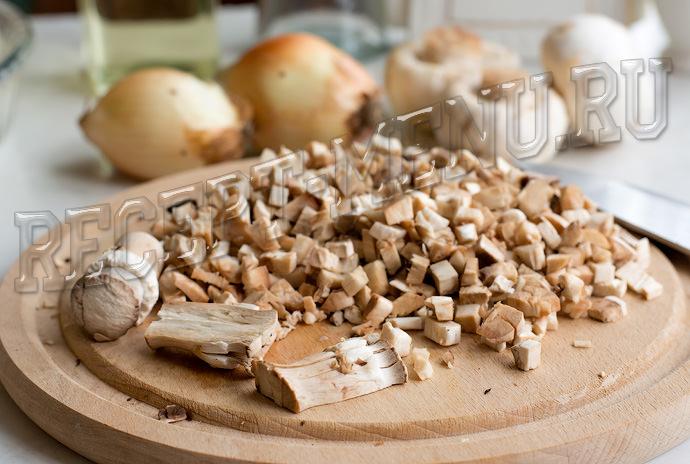 Ножки грибов мелко порезать