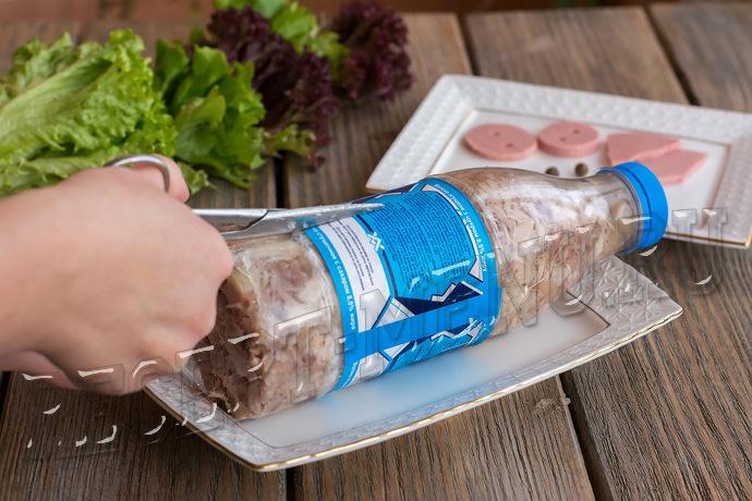Разрезать пластиковую бутылку вдоль