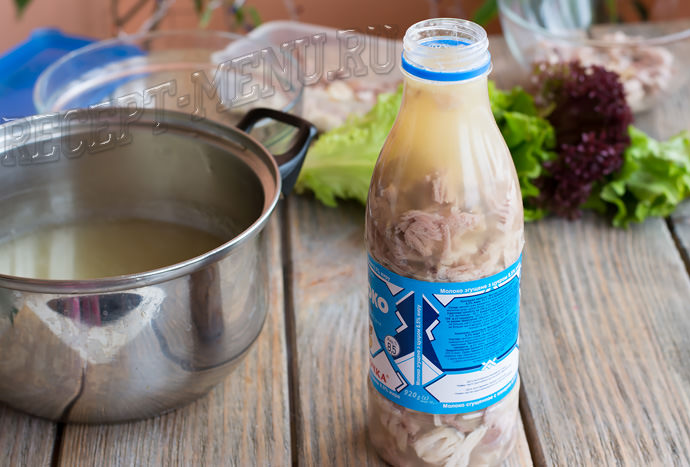 Залить бульон в бутылку с мясом