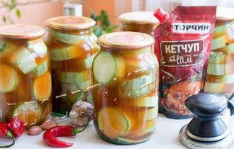 Кабачки с кетчупом Чили Торчин, закрытые в литровых банках на зиму