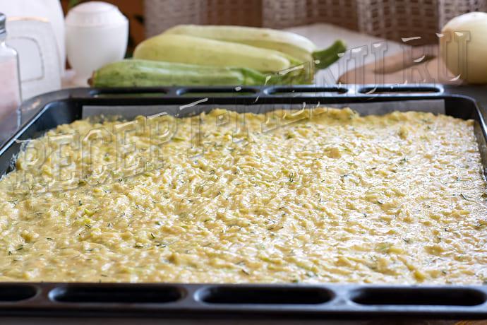 Выложить кабачковое тесто на противень