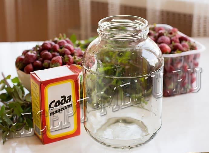 Помыть 3-литровые банки с содой