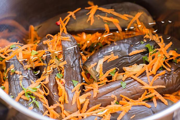 Фаршированные баклажаны морковью и чесноком