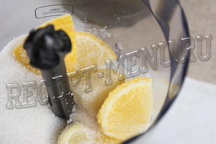 Лимоны измельчить в блендере