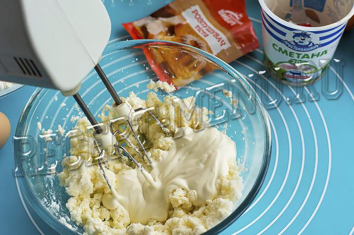 Добавить яйцо и сметану в тесто