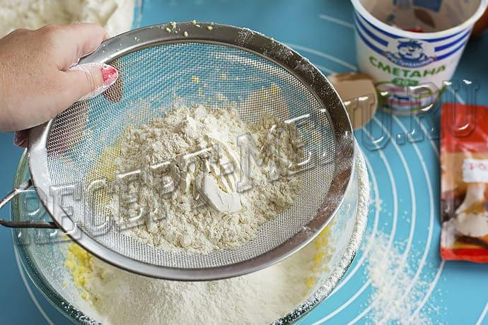 Замесить тесто с мукой