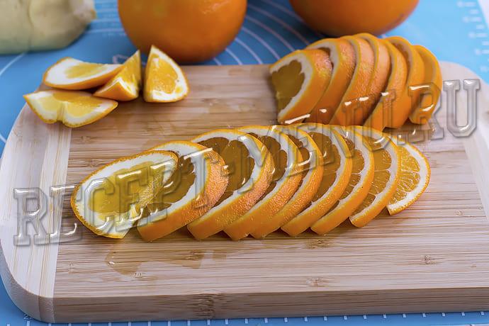Апельсин порезать тонкими ломтиками