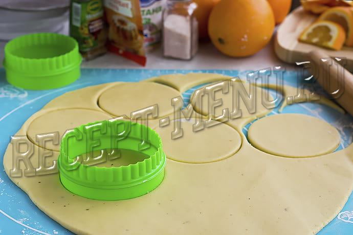 Вырезать из теста кружочки стаканом