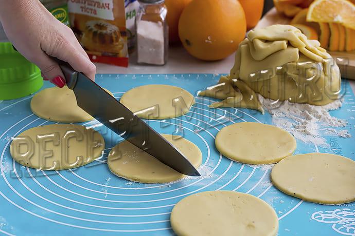 Вырезаем и формируем печенье из теста