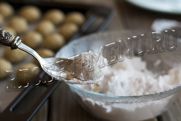 посыпать печенье сахарной пудрой