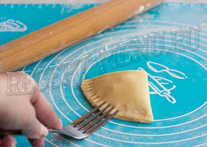 Сложить тесто в виде платочка