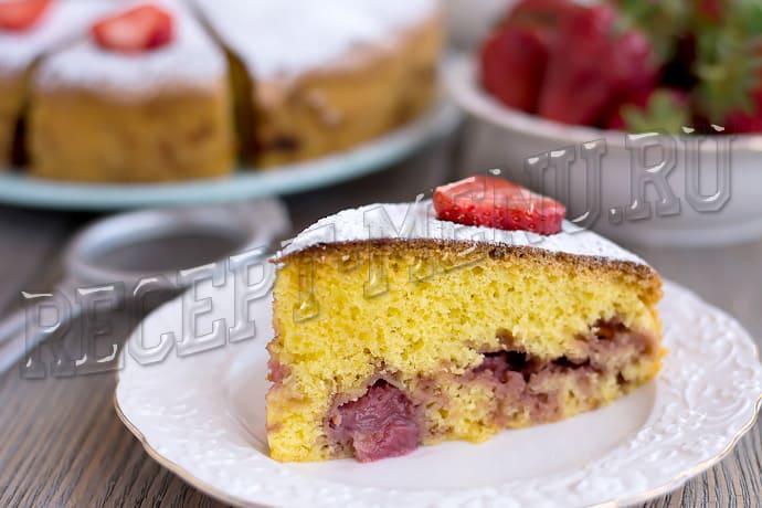 Рецепт вкусного пирога Шарлотка с клубникой