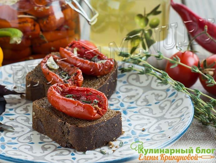 Бутерброд из черного хлеба и вяленого помидора